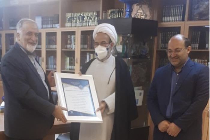 گزارش تصویری از اهدای لوح به معاون فرهنگی دانشگاه آزاد اسلامی واحد خوراسگان (اصفهان)